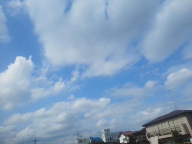 【画像】秋晴れの空と雲   九月の爽やかな空気に包まれた秋分の日